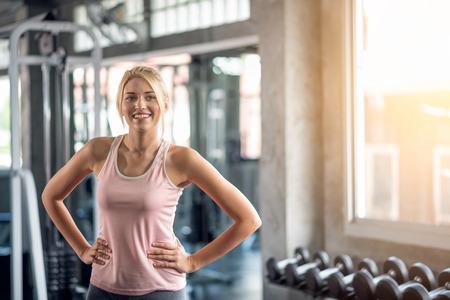 Portrait of happy women exercising in the gym Imagens