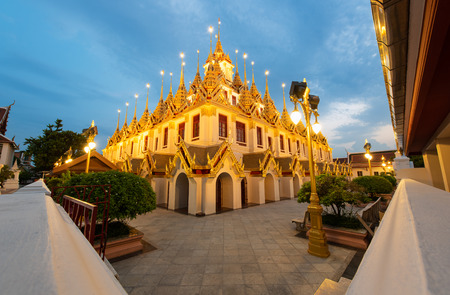 Wat Ratchanatdaram and Loha Prasat Metal Castle at twilight, landmark and famous place of Bangkok city, Thailand 版權商用圖片 - 123365561