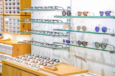piękne okulary na półce ekspozycyjnej w domu towarowym Japan. Zdjęcie Seryjne