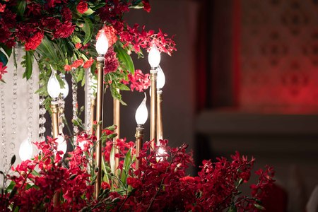 LED light in the gold candle, decored in the wedding event with red orchid around. Imagens