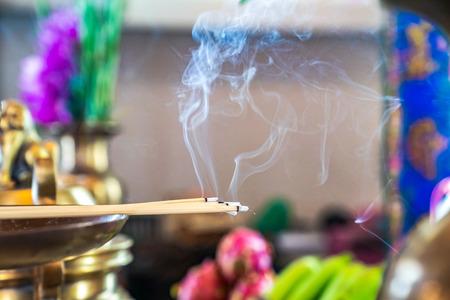 Weihrauch auf dem Messingkerzenstrick mit dem Rauch aus Weihrauch.