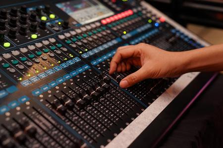 DJ steuert den Sound-Controller und spielt gemischte EDM-Musik im Konzert-Nachtclub auf einer Party.