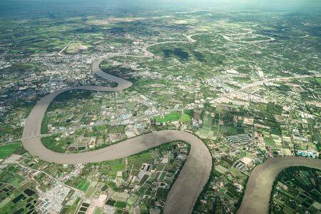 美しいカーブ川は正午に飛行機で撃たれました。周辺には農業や谷が見える。 写真素材 - 132110691