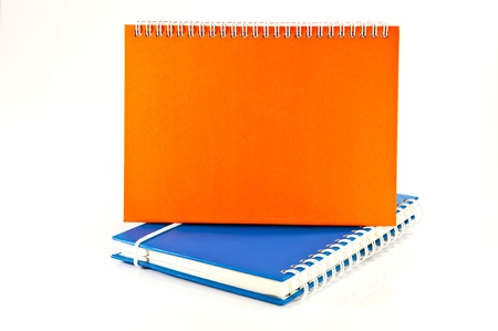 calendario e notebook su sfondo bianco
