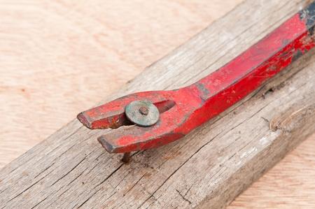 corvo bar tirando fuori un naail da un pezzo