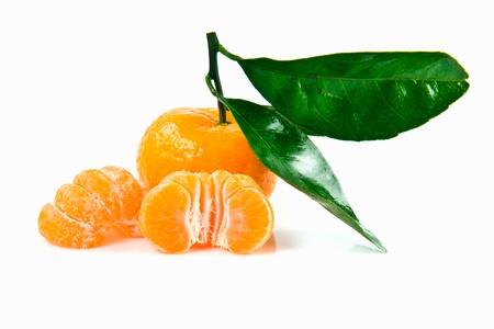 mandarino fresco su sfondo bianco