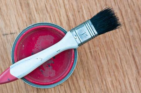 vernice rossa pu� con la vecchia spazzola Archivio Fotografico