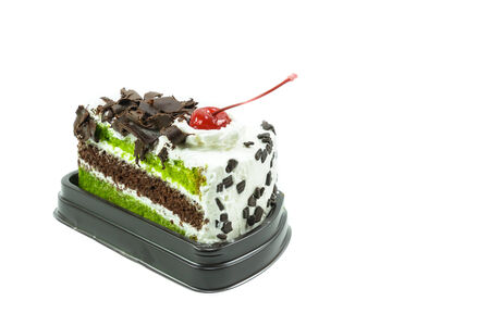 Torta al cioccolato e t� verde su sfondo bianco