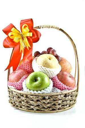 frutta fresca in cestino, isolato su bianco