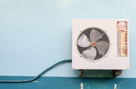 compresor: Compresor de aire en la pared vieja Foto de archivo