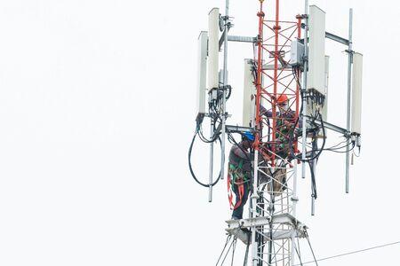 engineer instal equimpment on communication tower Stockfoto