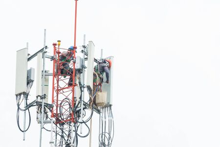 two engineer instal equimpment on communication tower Stockfoto