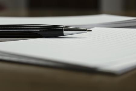ペンとホワイト ペーパーのクローズ アップ ビュー