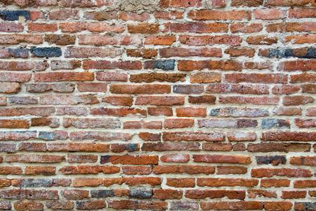 paredes de ladrillos: pared de ladrillo marrón en un antiguo templo contemporánea en Tailandia