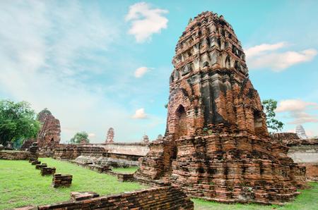 templo: Antiguo templo de la pagoda de Buda con el cielo nublado blanco en Tailandia