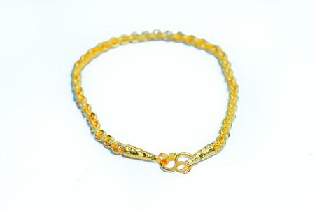 Pulsera de oro colgante con diseño especial de oro tailandés aisladas sobre fondo blanco