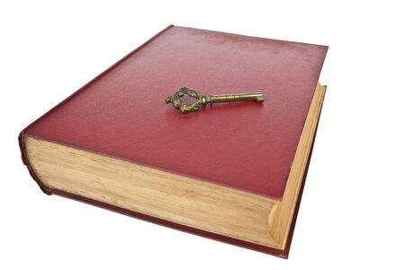 Altes Buch mit Schlüssel isoliert auf weißem Hintergrund