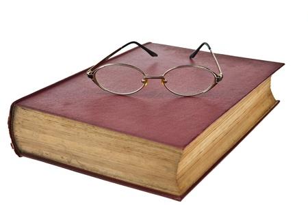 libros viejos: Libros antiguos con gafas aisladas sobre fondo blanco