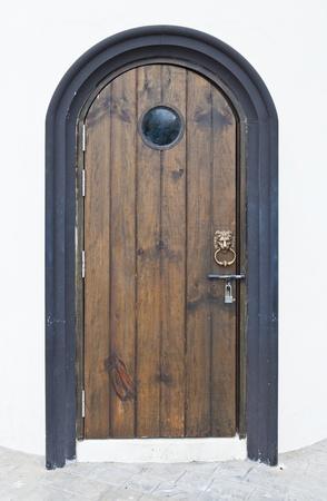 ライオンのハンドルを持つ古い木製のドア
