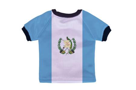 bandera de guatemala: Camisa peque�os con Guatemala bandera aislado sobre fondo blanco Foto de archivo