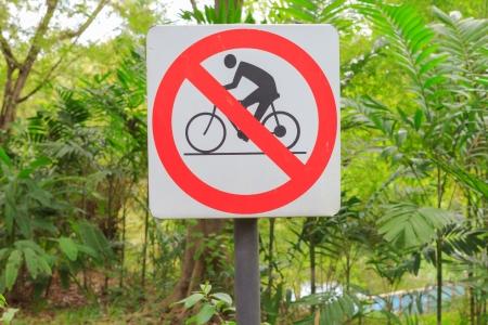 no pase: Primer de la se�al no pase de la bicicleta en el jard�n