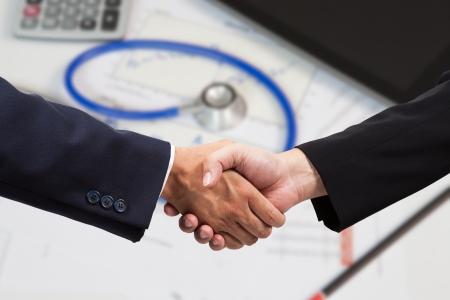 金融ビジネスマン握手 写真素材