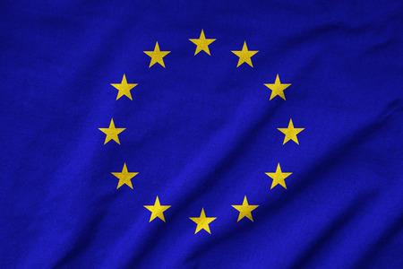 波立たせられた EU の旗