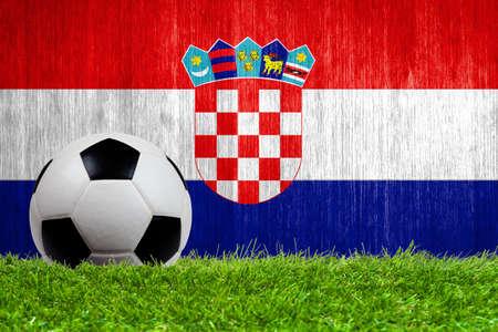 bandiera croazia: Pallone da calcio in erba con la Croazia bandiera sfondo close up