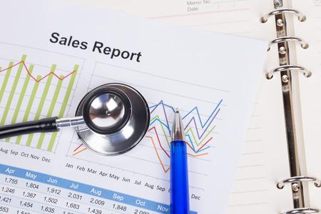 cuadro sinoptico: hoja de informe anual de ventas con el estetoscopio