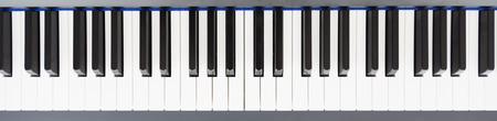 piano: Vista superior de las teclas del piano en blanco