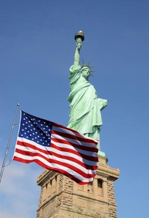 bandera estados unidos: Bandera y la Estatua de la Libertad de Estados Unidos en Nueva York