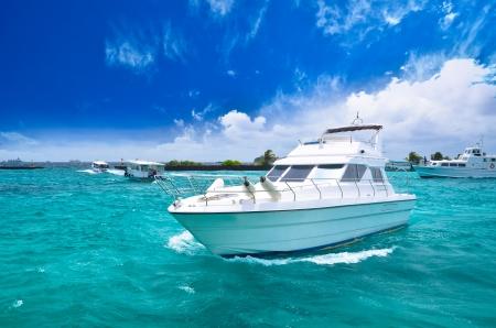 美しい海で高級ヨット 写真素材