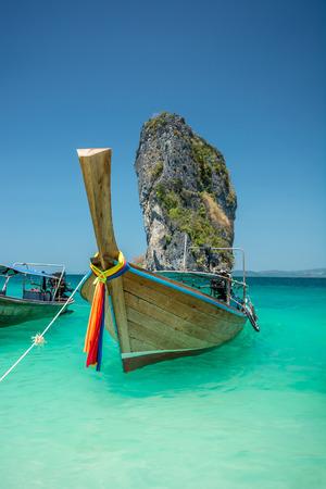 atracci�n: Barco tradicional en la playa es una de la principal atracci�n tur�stica en Tailandia Foto de archivo