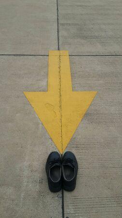 calzado de seguridad: La seguridad ante todo de la industria, símbolo de zapatos de seguridad.