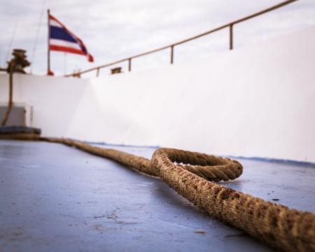 together with long tie: Una larga cuerda en un crucero con Tailandia bandera nacional Foto de archivo