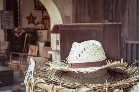 chapeau de paille: Une pile de chapeau de paille avec rétro fond de style