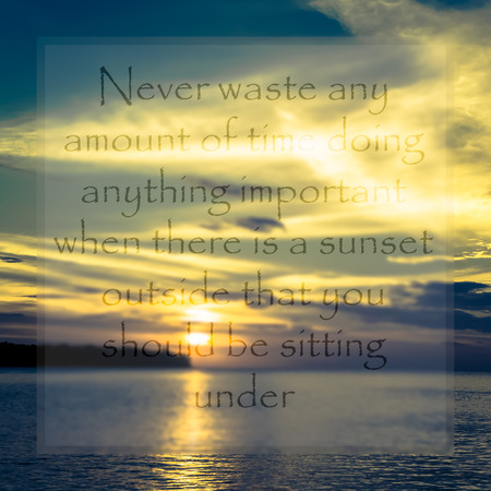 wymowny: Meaningful quote on blurred seascape during sunset background Zdjęcie Seryjne