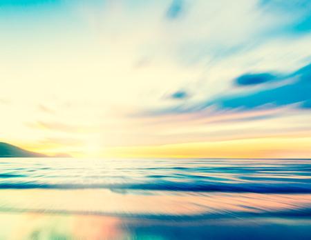 Un paesaggio marino astratto con il movimento dello zoom offuscata con colori cross-processing su sfondo di carta Archivio Fotografico - 48282062