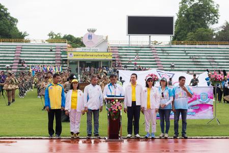 director de escuela: PHUKET, Tailandia - 13 de julio: ceremonia de atletismo competición anual de la escuela de Phuket Anuban de apertura el 13 de julio de 2016. Discurso del director con el comité en el estadio de Bangkok, Tailandia