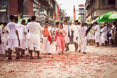 arrepentimiento: Phuket--OCT-07: Taoísmo participantes en una procesión de la calle del festival vegetariano de Phuket el oct 07, 2016 Phuket, Tailandia. Durante el festival de devotos se abstienen de comer carne para apaciguar al dios.