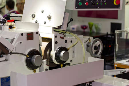 high precision automatic centerless grinding machine for industrial at workshop Imagens
