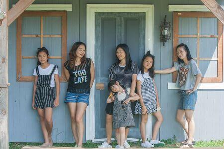 Tirez sur les enfants asiatiques et portrait de femme avec un fond vintage. Banque d'images
