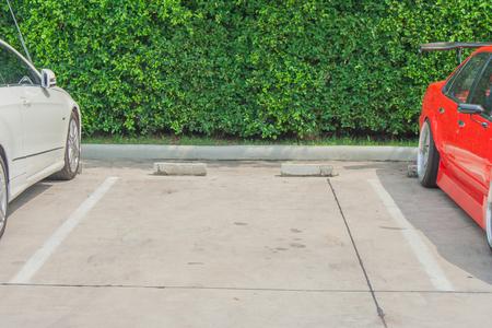 駐車場での車の駐車レーン内の空き領域。 写真素材 - 75639286