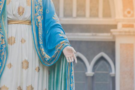 チャンタブリー県、タイで公共の場所のローマ カトリック教区の前に、聖母マリアの状態立っての手。