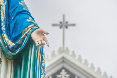 Chanthaburi 지방, 태국에서 공공 장소는 로마 카톨릭 교구 앞에 서 축복받은 성모 마리아 동상의 손을. 스톡 콘텐츠 - 83077597