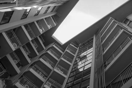 Uprisen hoekmening van gebouwenarchitectuur van hotel. (Zwart en wit filtereffect)