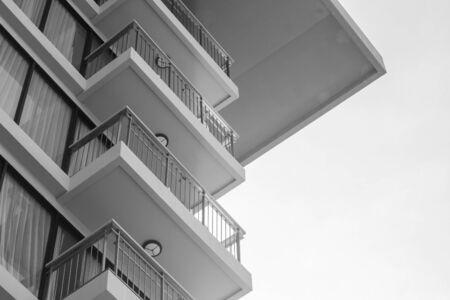 Uprisen hoekmening van gebouwenarchitectuur van hotel. (Zwart en wit filtereffect) Stockfoto
