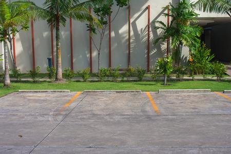 Lege ruimte in autoparkeerterrein bij openluchtpark van de toevlucht. Stockfoto - 83388718
