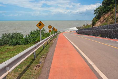 Zeegezichtgezichtspunt van de weg langs het overzees bij Kung Wiman-Baai in Chanthaburi-Provincie, Thailand.