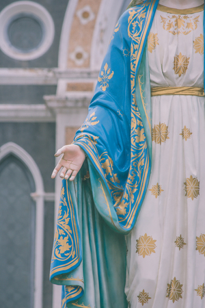 Hand van het Heilige Maagdelijke standbeeld die van Mary zich voor het Rooms-katholieke Bisdom bevinden dat openbare plaats in Chanthaburi Provincie, Thailand is.